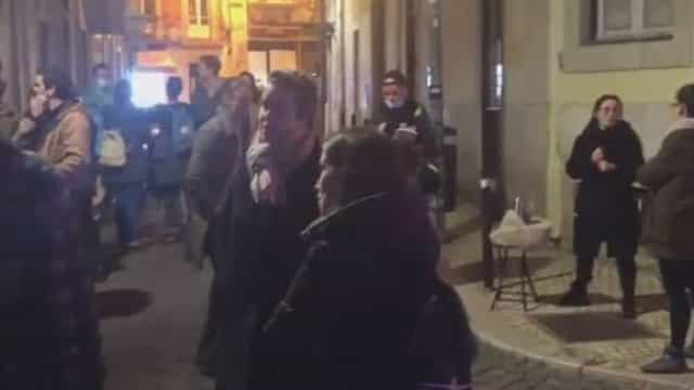 Dezenas de pessoas (sem máscara) junto a restaurante que recusou fechar