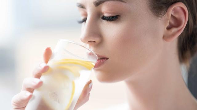 Quatro efeitos surpreendentes de beber água com limão