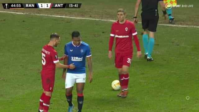 O gesto de fairplay no Rangers-Antuérpia que promete correr o mundo