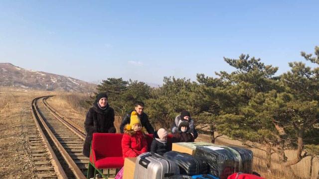Diplomatas russos deixam Coreia do Norte a empurrar malas em vagão