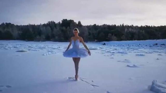 Bailarina dança na neve. A sua dança é uma ação de protesto