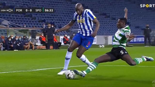 O lance em que o FC Porto ficou a pedir grande penalidade