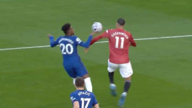 O lance no Chelsea-United que lançou a polémica em Inglaterra