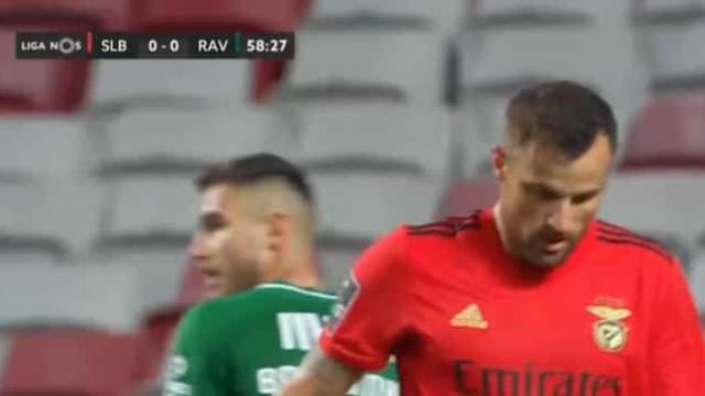 Seferovic marca, adianta o Benfica... e não festeja