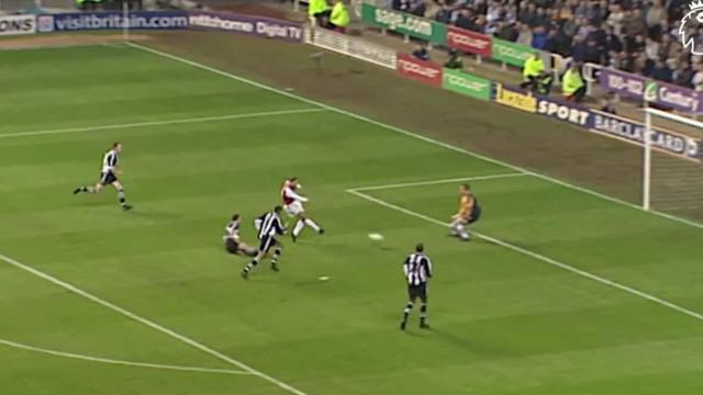 Há 19 anos Bergkamp marcava um dos golos mais icónicos de sempre