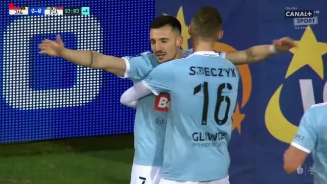 Tiago Alves marcou golaço, resolveu jogo e deixou polacos de boca aberta