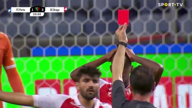 Polémica no FC Porto-Braga. Soares Dias foi ao VAR e expulsou Borja