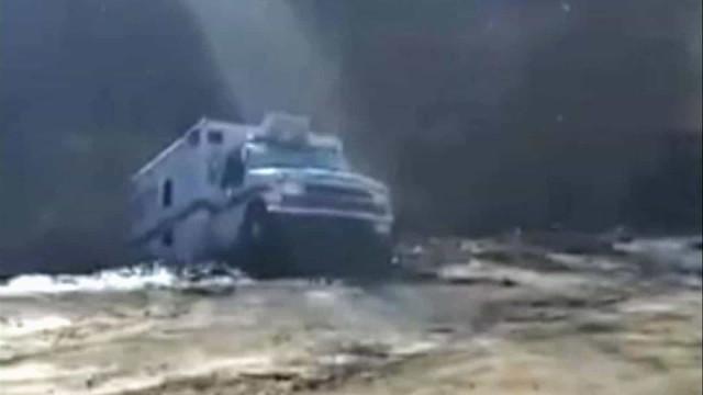 Deslizamento de terras 'engole' carro e árvores no Kentucky