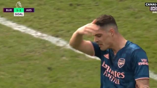 Médio do Arsenal perdeu a cabeça e ofereceu um golo anedótico ao rival