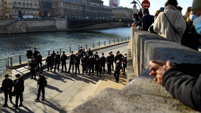 Covid-19: Polícia francesa evacua cais lotados junto ao Sena em Paris