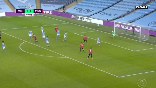 Shaw aumenta vantagem do United no dérbi de Manchester