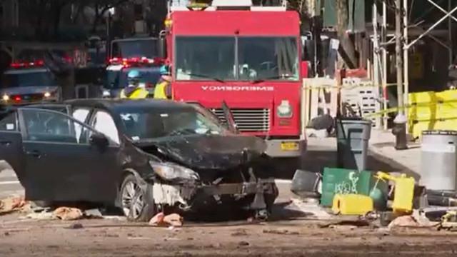Nova Iorque. Colisão entre veículos atinge esplanada e provoca 7 feridos