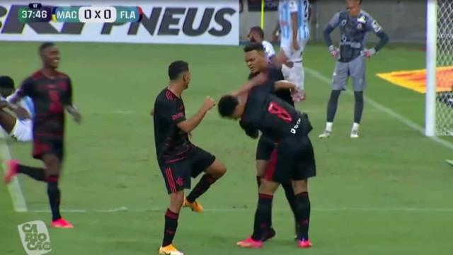Avançado do Flamengo irrita-se com colega durante um festejo