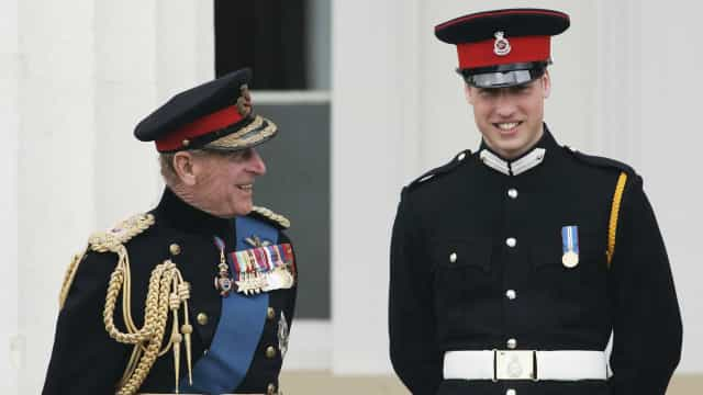 Veja a ternurenta foto que William guarda do filho e do avô no escritório