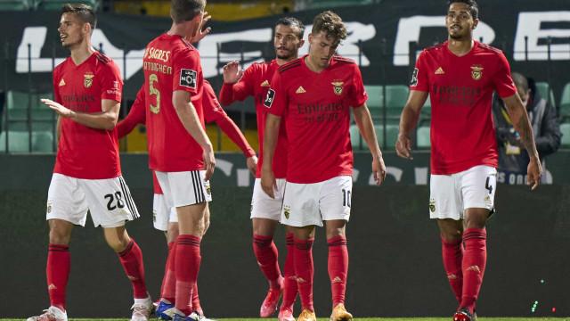 Benfica 'mete a sexta' e não descola do FC Porto