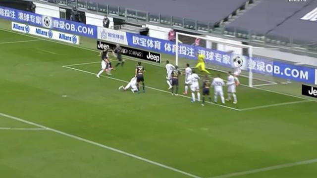 De Ligt tentou sacar a falta e... a Juventus sofreu um golo