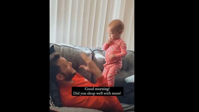 Menina de um ano torna-se viral ao falar com pai surdo em língua gestual