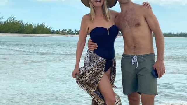 Christie Brinkley desfruta de dia de praia com o filho