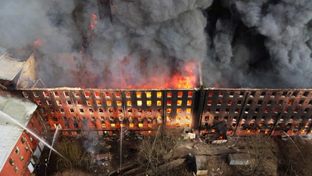 Vento dificulta combate às chamas em fábrica histórica de São Petersburgo