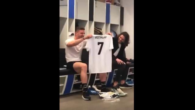 Gosens e a camisola de Ronaldo. CR7 não a deu, mas também não a entregou