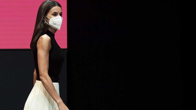 Rainha Letizia estreia peça e aposta em look em preto e branco