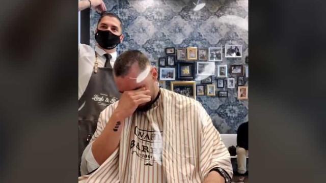 Barbeiro rapa o cabelo em solidariedade com amigo com cancro