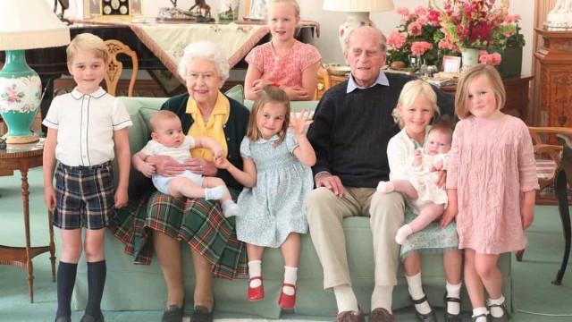 Archie não aparece na foto do príncipe Filipe com os bisnetos. Porquê?