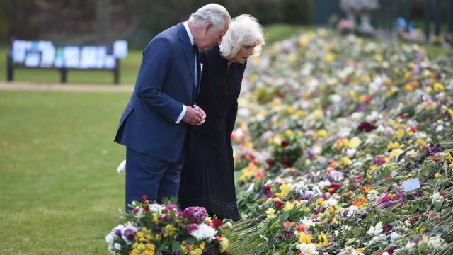Príncipe Carlos emocionado ao deparar-se com homenagens ao pai