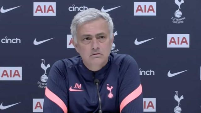 """""""Sei que gosta de cães..."""": Pergunta surreal deixou Mourinho incrédulo"""