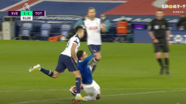 Penálti polémico contra o Tottenham de Mourinho. Falta 'fantasma'?