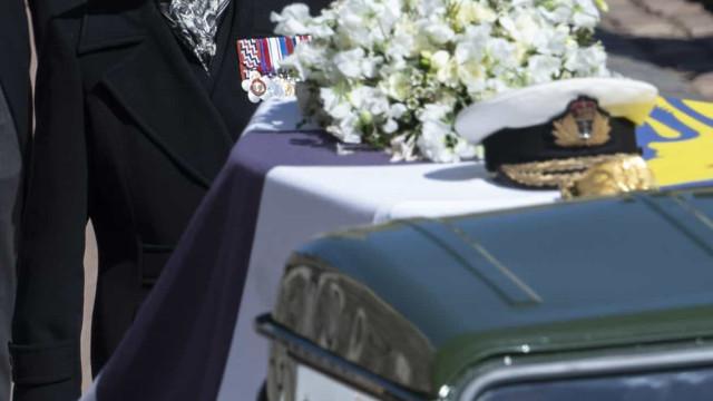 A mensagem simbólica da coroa de flores da rainha no funeral de Filipe