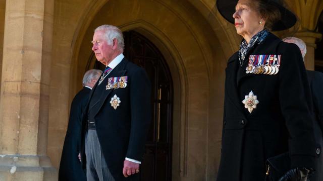 Príncipe Carlos parecia estar a 'lutar' para não chorar no funeral do pai