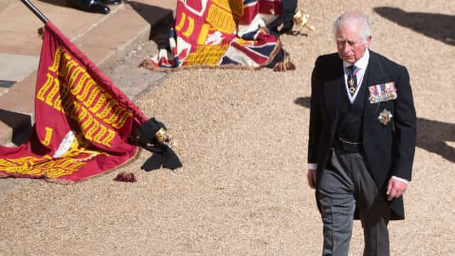 Príncipe Carlos sai de Inglaterra para fazer luto do pai em privado
