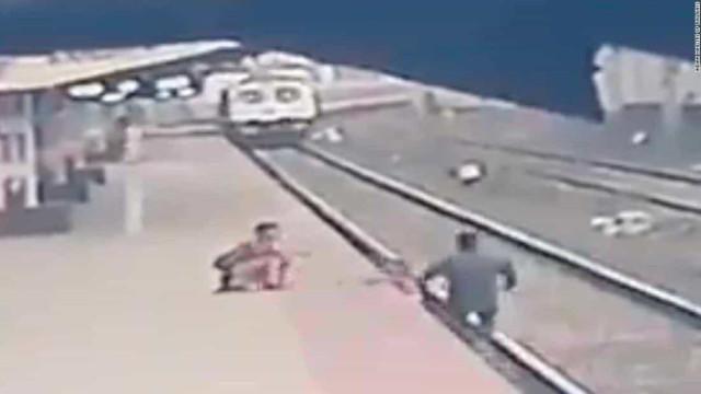 """""""Herói"""". Funcionário salta para carris e salva criança no último segundo"""
