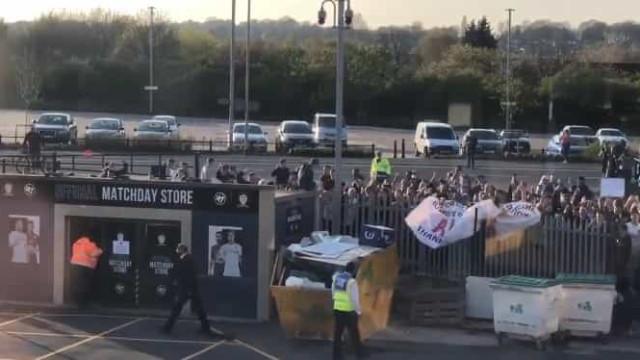 Comitiva do Liverpool alvo da ira dos adeptos antes do jogo com o Leeds