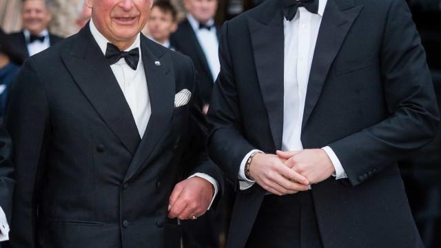 Afinal, príncipe Carlos não cortou (logo) dinheiro ao príncipe Harry