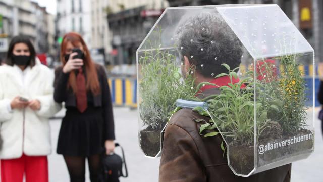 Contra a Covid-19, artista anda na rua com 'oásis portátil' ao pescoço
