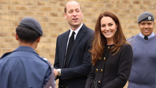 Kate Middleton e príncipe William fazem a 1.ª aparição após o funeral