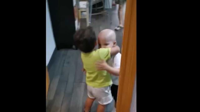 Vídeo. O reencontro entre irmãos gémeos após transplante de medula