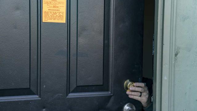 Senhorios nos EUA continuam a despejar inquilinos, apesar da proibição