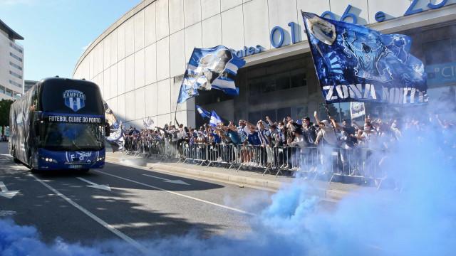 FC Porto com muito apoio à saída para Lisboa. Houve um cartaz em destaque