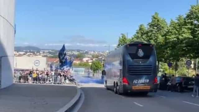 Adeptos ao rubro na saída do FC Porto com destino a Lisboa