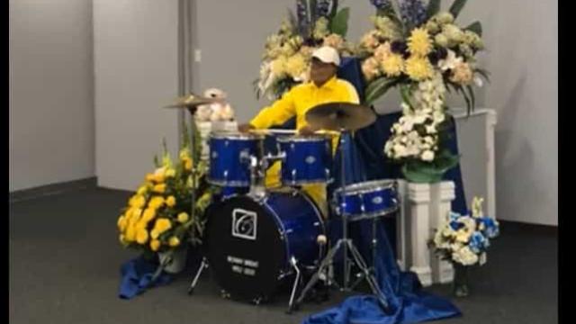 Famoso músico morreu e o seu corpo foi sentado à bateria no funeral