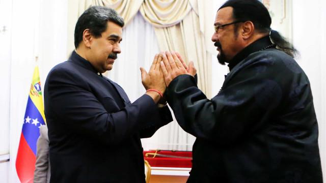 Steven Seagal encontra-se com Maduro e oferece-lhe espada samurai