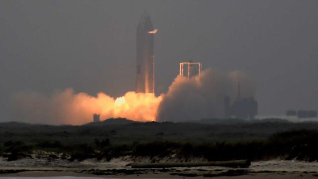 Protótipo do foguetão da SpaceX conseguiu aterrar com sucesso