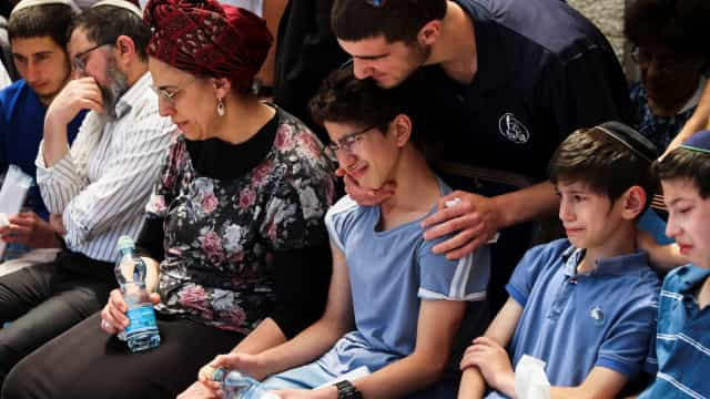 Multidão em funeral de jovem israelita morto em ataque palestiniano