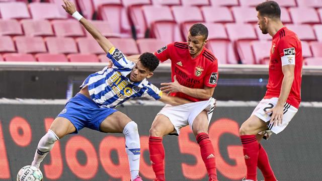 [1-0] Benfica-FC Porto: Penálti revertido e intervalo na Luz