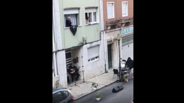 Na Ajuda, o fado cantou-se à janela e há vídeo