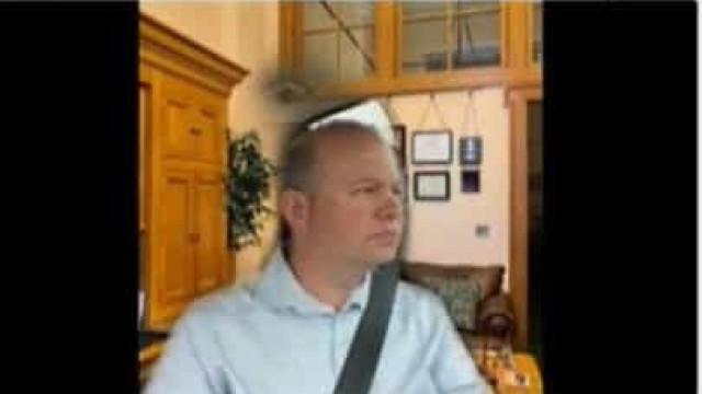 Senador usa fundo para ocultar que está a conduzir durante reunião online