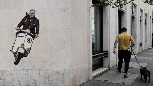 Mourinho chegou a Roma de vespa e imagem já faz furor nas redes sociais